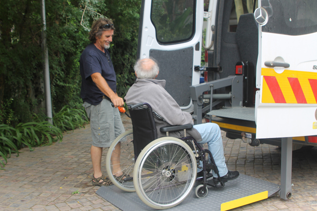 accessible bus with hydraulic lift